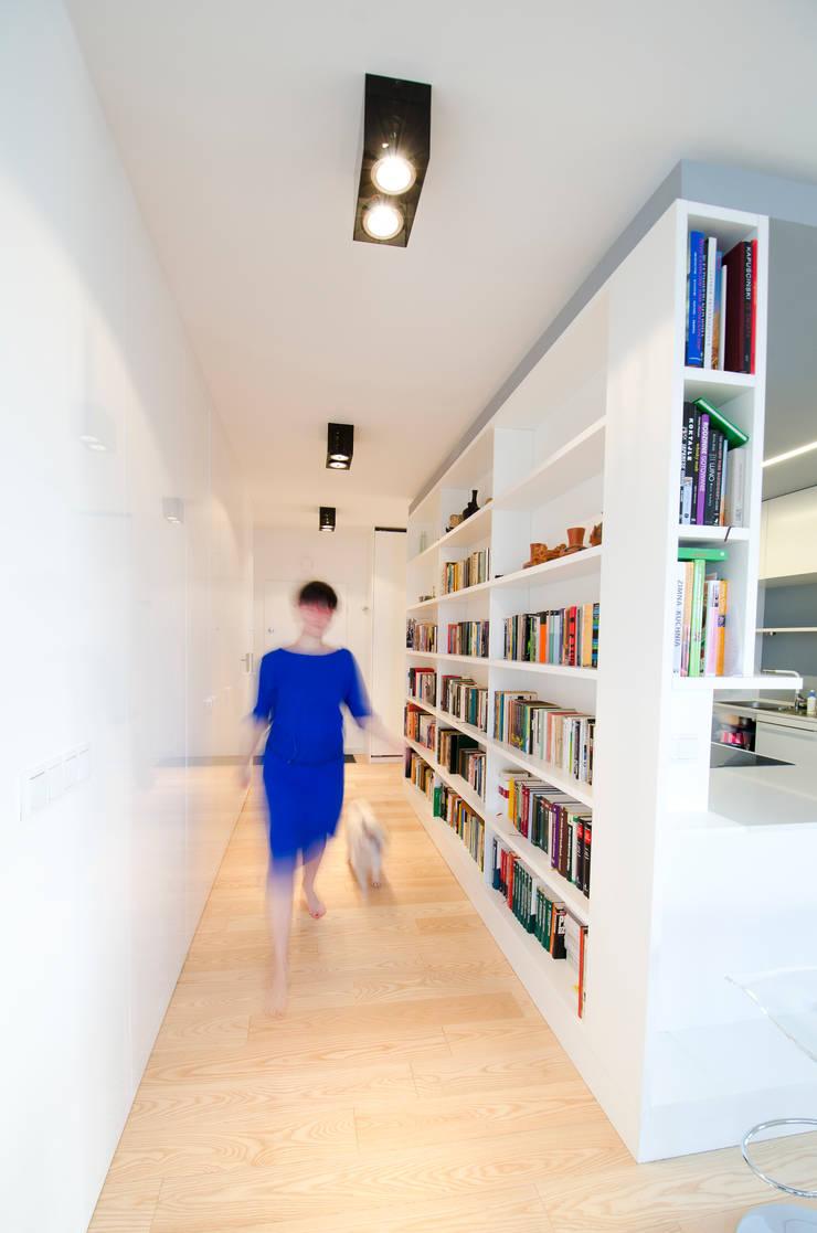 Mieszkanie na Sadach Żoliborskich: styl , w kategorii Korytarz, przedpokój zaprojektowany przez STOPROCENT Architekci