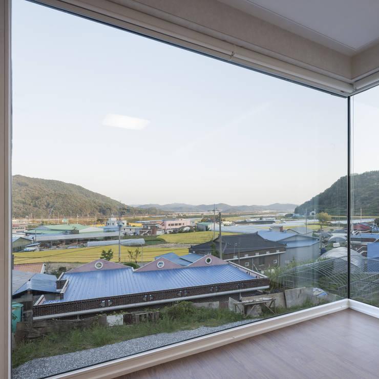 청양주택: Cheongju University Department of Architecture의  거실,