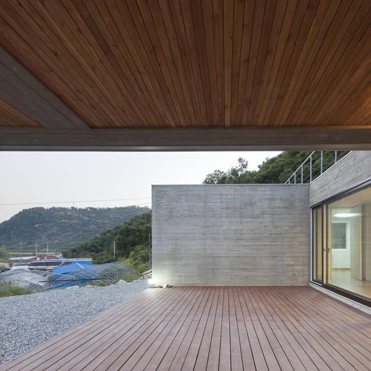 청양주택: Cheongju University Department of Architecture의  베란다