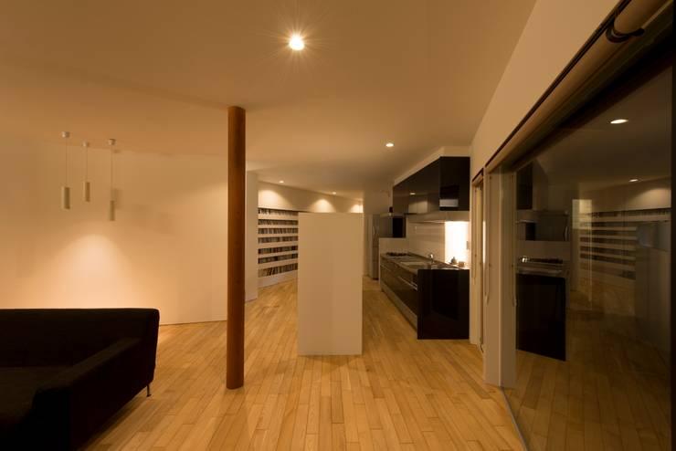 HMN residence 05: 浅香建築設計事務所 asaka architectural designが手掛けたキッチンです。