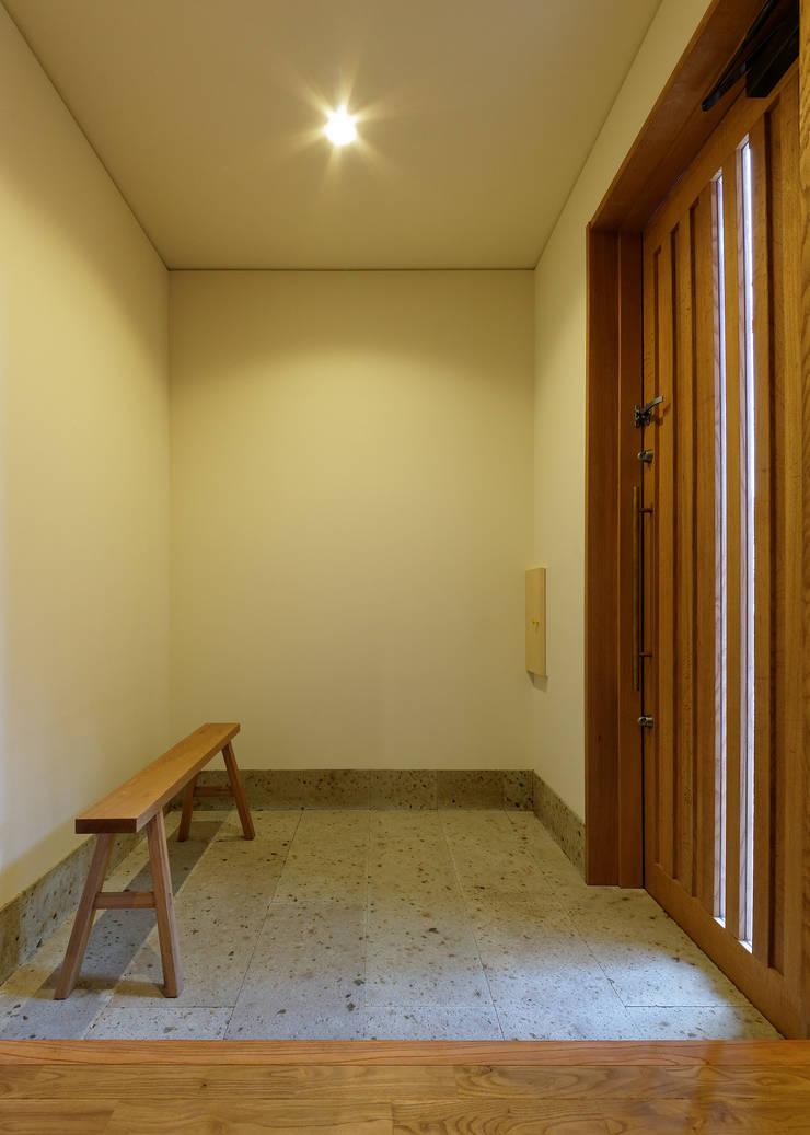 N House: 磯村建築設計事務所が手掛けた廊下 & 玄関です。