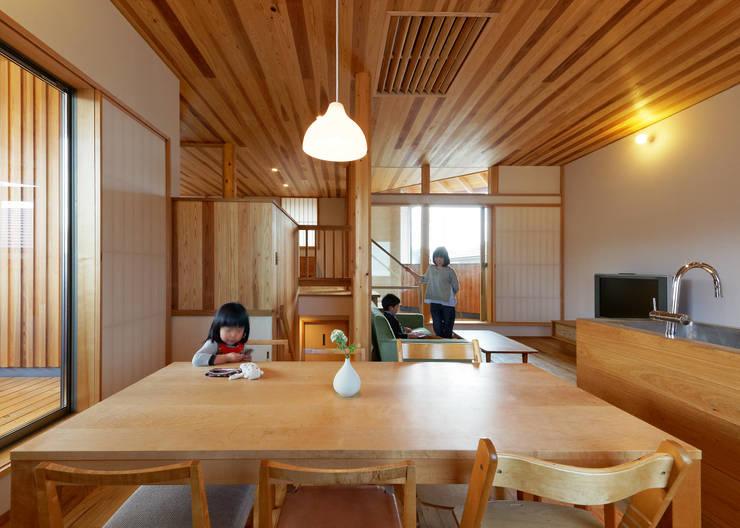 N House: 磯村建築設計事務所が手掛けたリビングです。