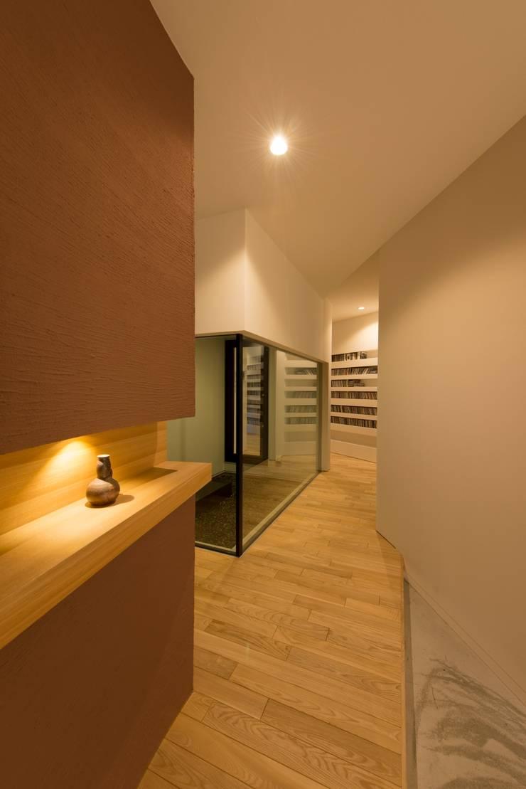 HMN residence 07: 浅香建築設計事務所 asaka architectural designが手掛けた廊下 & 玄関です。