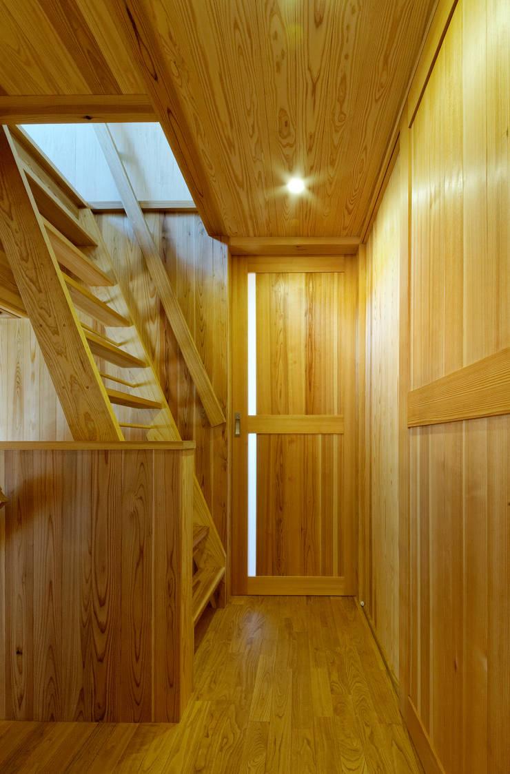 廊下と階段: 磯村建築設計事務所が手掛けた家です。