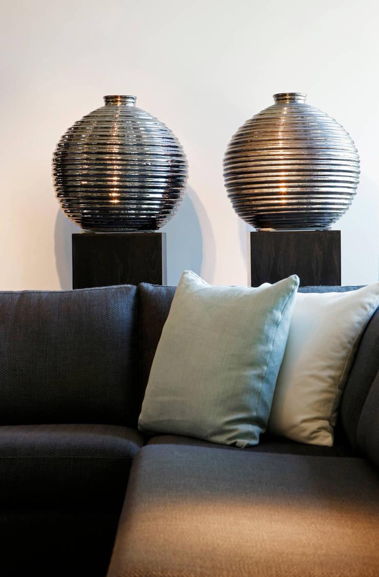 Showroom: moderne Woonkamer door huis van strijdhoven