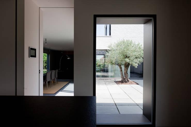 Woning VAWE: minimalistische Keuken door areal architecten cvba