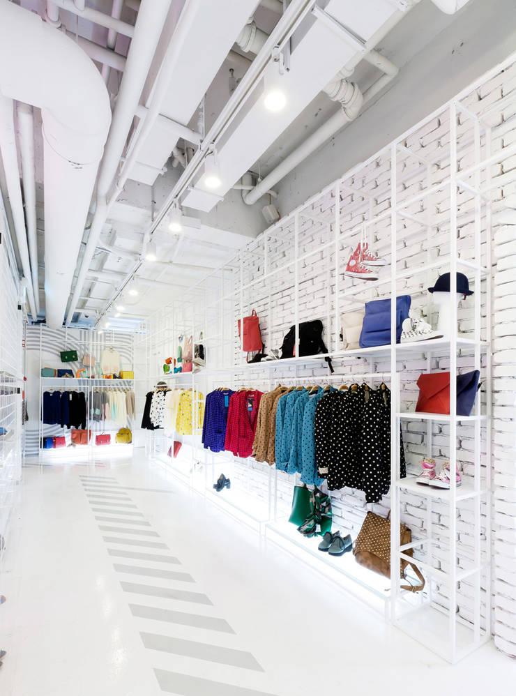 언제나 활력있는 공간: Design m4의  상업 공간,미니멀