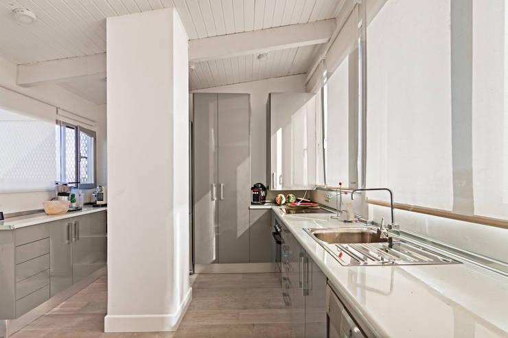 Cocina: Cocinas de estilo moderno de DISEÑO Y ARQUITECTURA INTERIOR