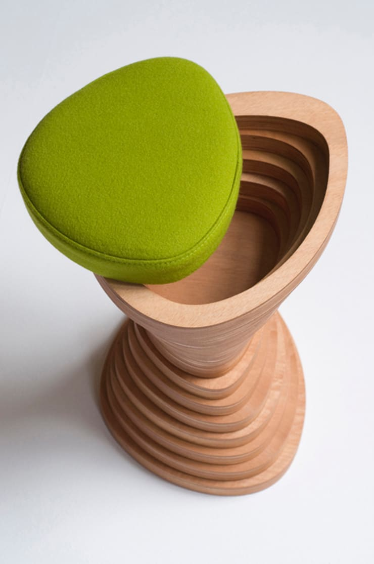 Tettonica – bijzettafel en kruk:  Woonkamer door Studio Janina Loeve