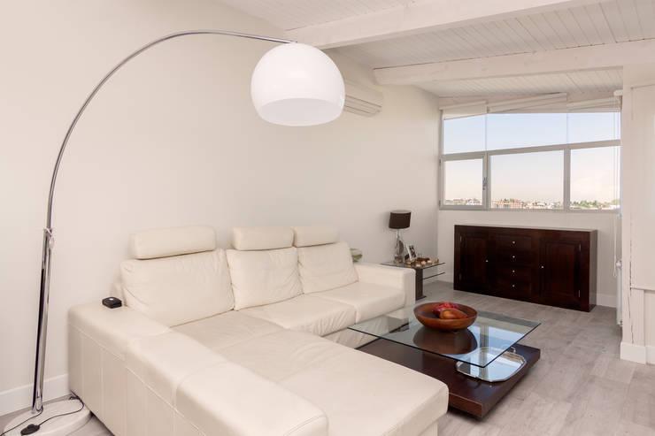 Salón: Salones de estilo moderno de DISEÑO Y ARQUITECTURA INTERIOR