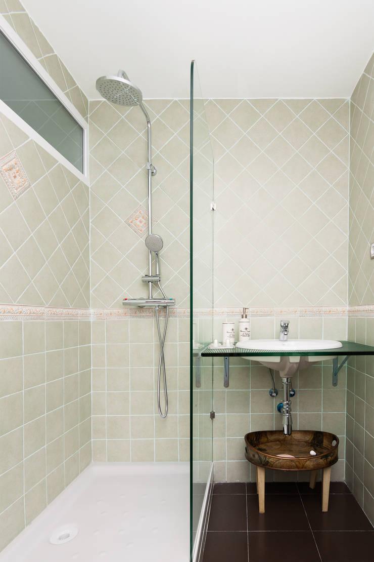 Baño principal   : Baños de estilo  de DISEÑO Y ARQUITECTURA INTERIOR