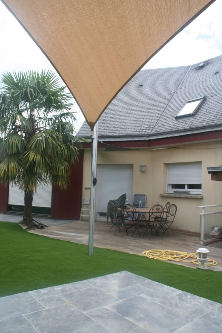 voile et terrasse: Jardin de style  par EURL OLIVIER DUBOIS