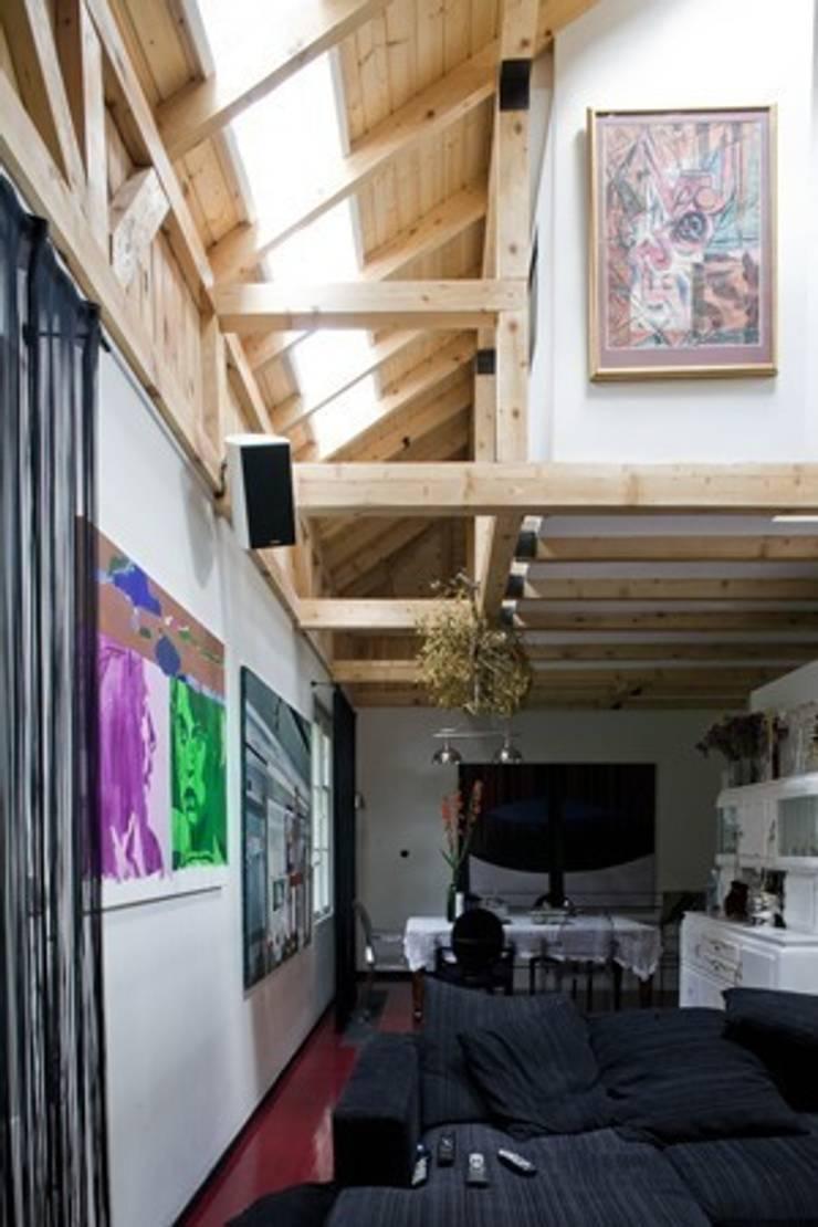 Dom w Wawrze- projekt wnętrz: styl , w kategorii Salon zaprojektowany przez Marek Rytych,Eklektyczny