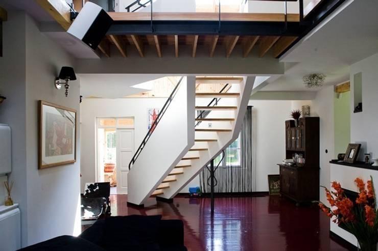 dom w Wawrze -projekt wnętrz: styl , w kategorii Salon zaprojektowany przez Marek Rytych,Eklektyczny