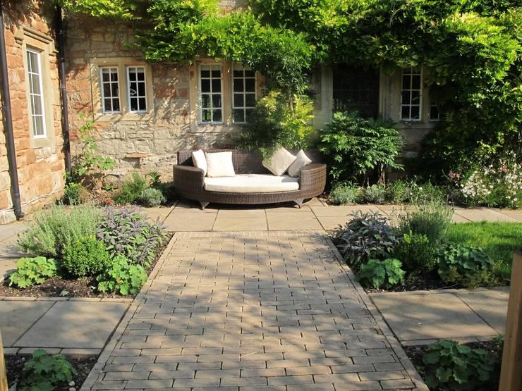 Jardins  por Katherine Roper Landscape & Garden Design