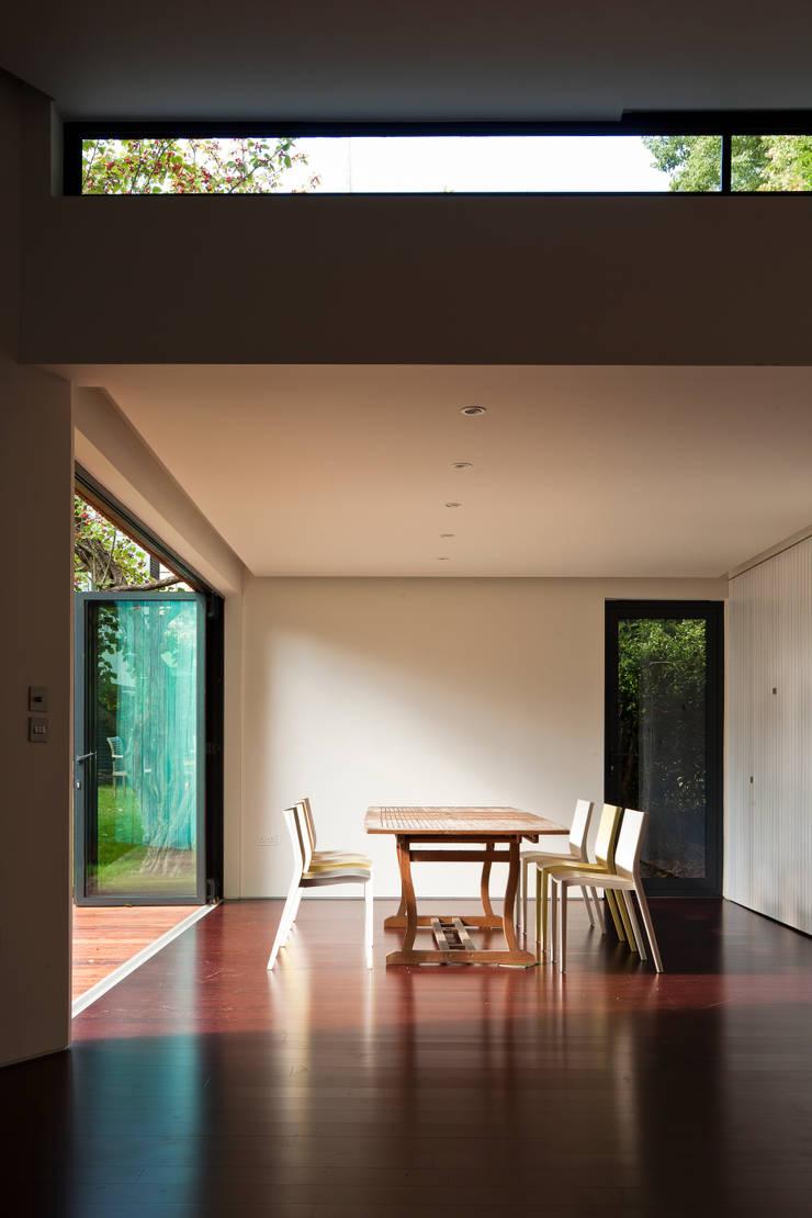 Summer House, Blackheath:  Living room by Fraser Brown MacKenna Architects
