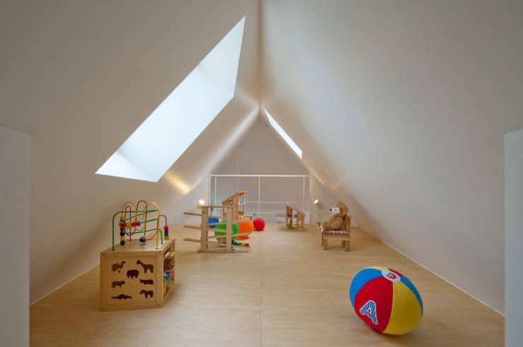 Quartos de criança  por 水石浩太建築設計室/ MIZUISHI Architect Atelier
