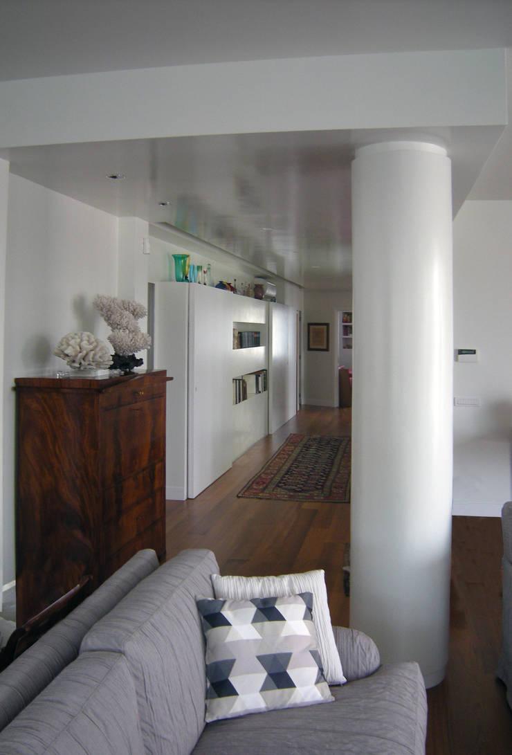 غرفة المعيشة تنفيذ Studio Racheli Architetti, حداثي
