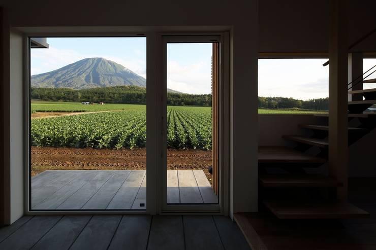 羊蹄山ファームハウス: 株式会社 遠藤建築アトリエが手掛けたリビングです。