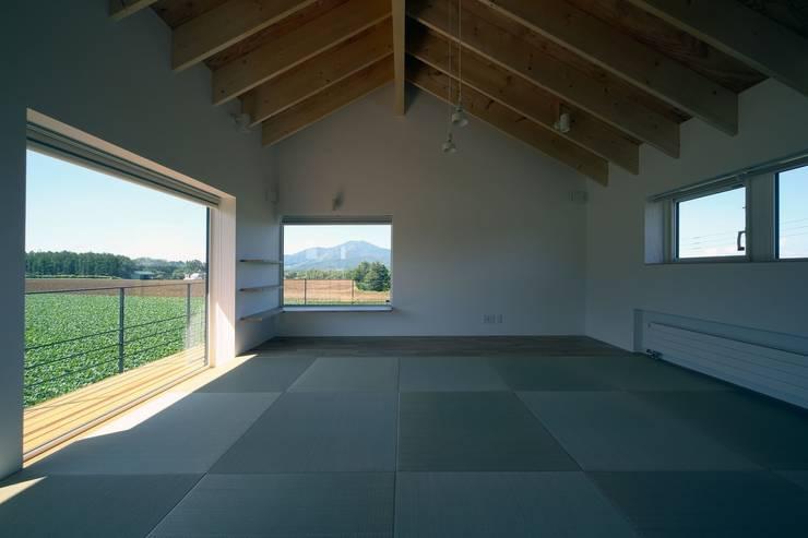 羊蹄山ファームハウス: 株式会社 遠藤建築アトリエが手掛けた寝室です。