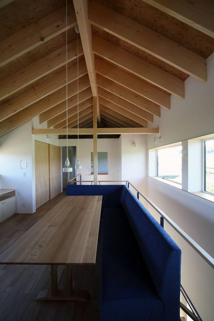 羊蹄山ファームハウス: 株式会社 遠藤建築アトリエが手掛けたダイニングです。
