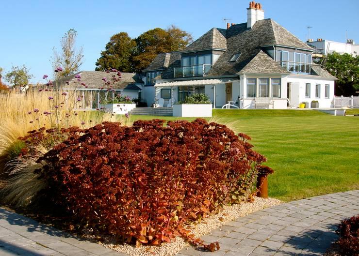 Coastal garden:  Garden by Roger Webster Garden Design