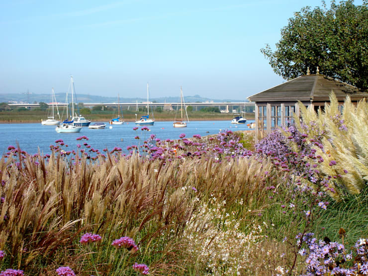 Coastal garden and summerhouse:  Garden by Roger Webster Garden Design