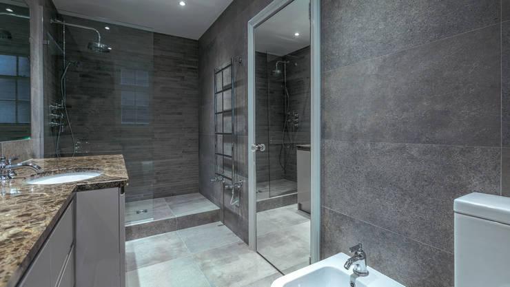 Bathroom:  Bathroom by Temza design and build