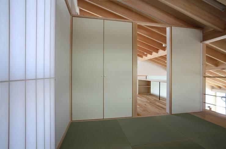 真駒内土間のある家: 株式会社 遠藤建築アトリエが手掛けた寝室です。