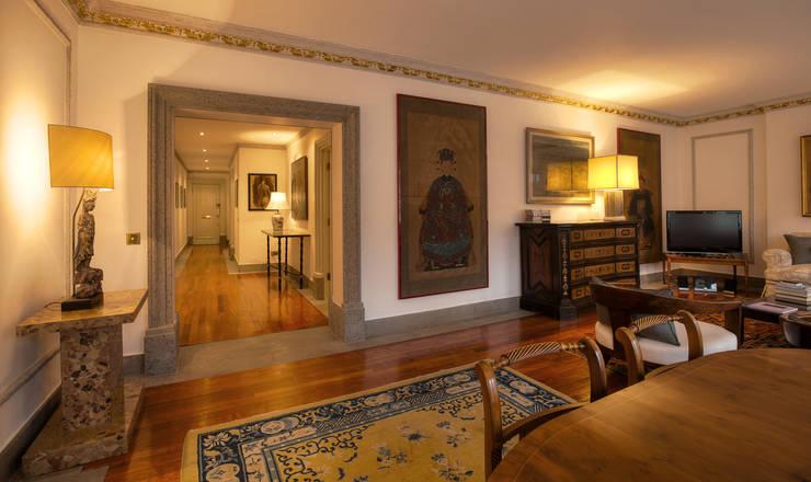 Couloir et hall d'entrée de style  par Temza design and build, Moderne
