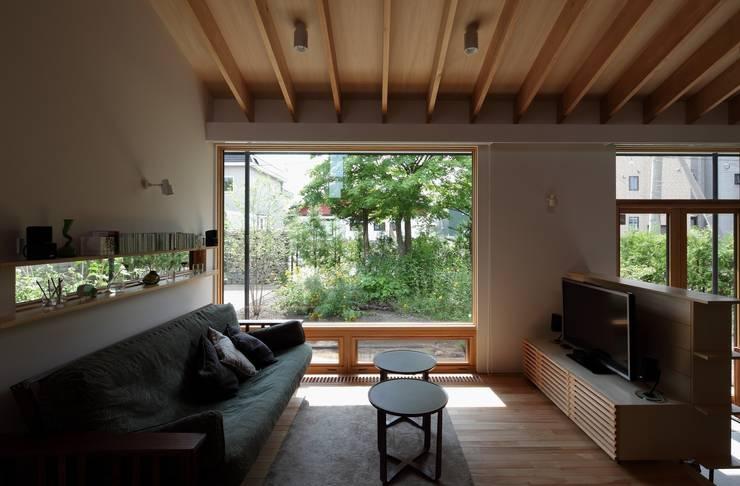真駒内土間のある家: 株式会社 遠藤建築アトリエが手掛けたリビングです。