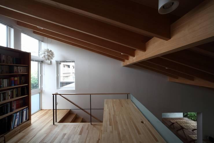 真駒内土間のある家: 株式会社 遠藤建築アトリエが手掛けた廊下 & 玄関です。