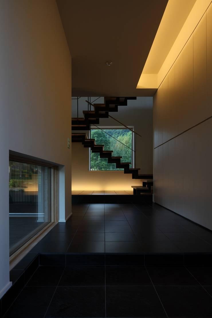 定山渓SKYHOUSE: 株式会社 遠藤建築アトリエが手掛けた廊下 & 玄関です。