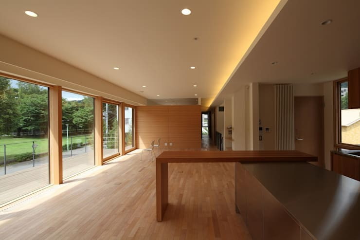 定山渓SKYHOUSE: 株式会社 遠藤建築アトリエが手掛けたリビングです。