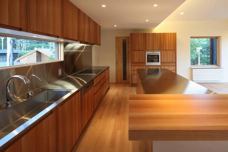 定山渓SKYHOUSE: 株式会社 遠藤建築アトリエが手掛けたキッチンです。