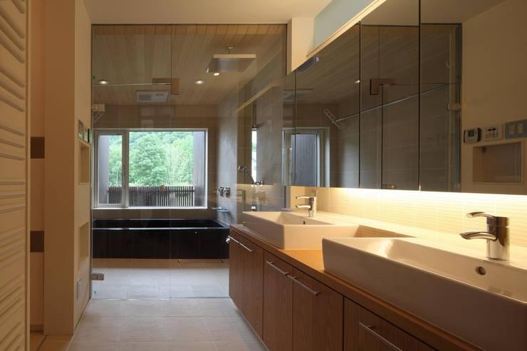 定山渓SKYHOUSE: 株式会社 遠藤建築アトリエが手掛けた浴室です。