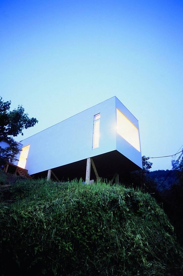 喫茶 陶花 夕暮れのとき.: 宮城雅子建築設計事務所 miyagi masako architect design office , kodomocafe が手掛けた商業空間です。,ミニマル