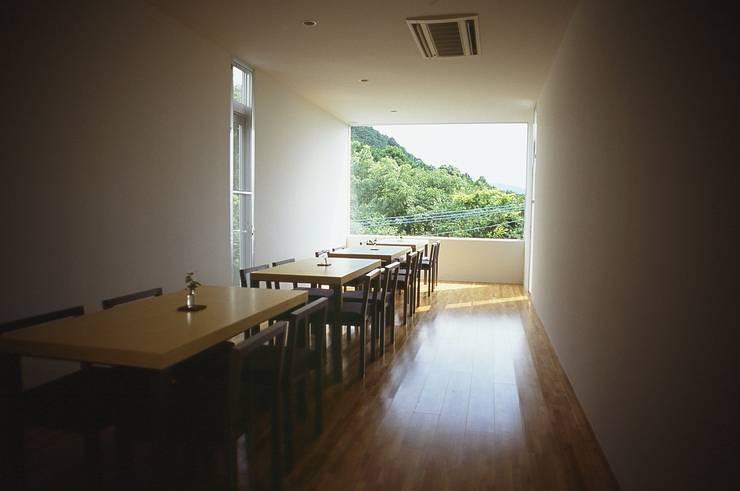 店内 テーブル席.: 宮城雅子建築設計事務所 miyagi masako architect design office , kodomocafe が手掛けた商業空間です。,ミニマル