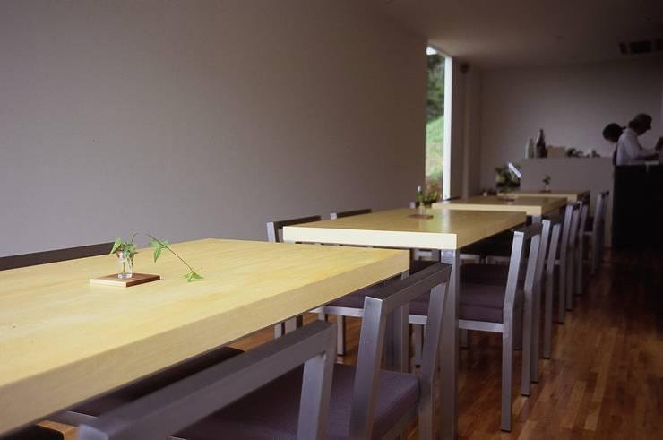 テーブル席からエントランスを見た風景.: 宮城雅子建築設計事務所 miyagi masako architect design office , kodomocafe が手掛けた商業空間です。,ミニマル