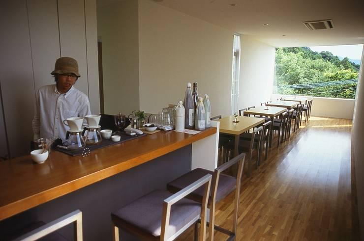 カウンター席より.: 宮城雅子建築設計事務所 miyagi masako architect design office , kodomocafe が手掛けた商業空間です。,ミニマル