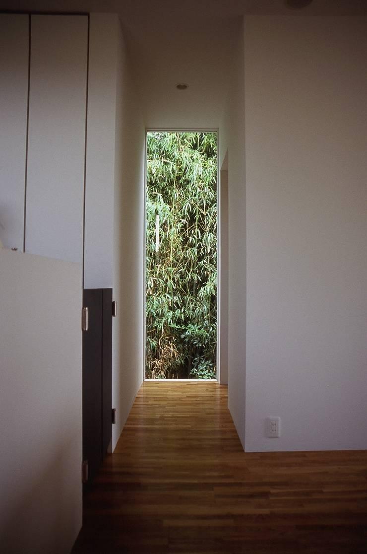 restroomへ行く廊下.: 宮城雅子建築設計事務所 miyagi masako architect design office , kodomocafe が手掛けた商業空間です。,ミニマル