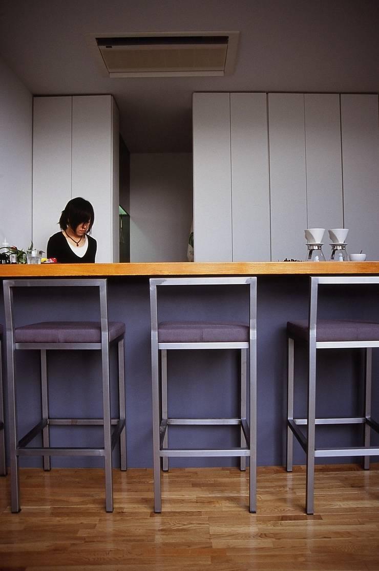 カウンター席.: 宮城雅子建築設計事務所 miyagi masako architect design office , kodomocafe が手掛けた商業空間です。,ミニマル