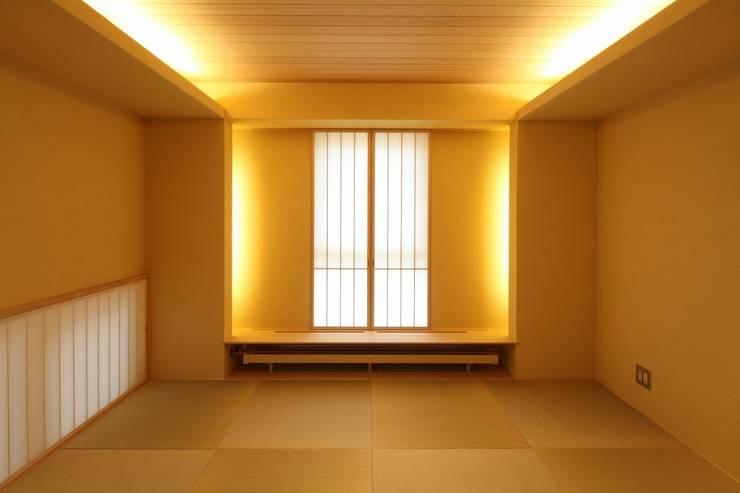 定山渓SKYHOUSE: 株式会社 遠藤建築アトリエが手掛けた寝室です。