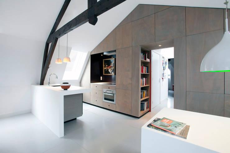 Appartement in Utrecht : minimalistische Keuken door studio KAP+BERK