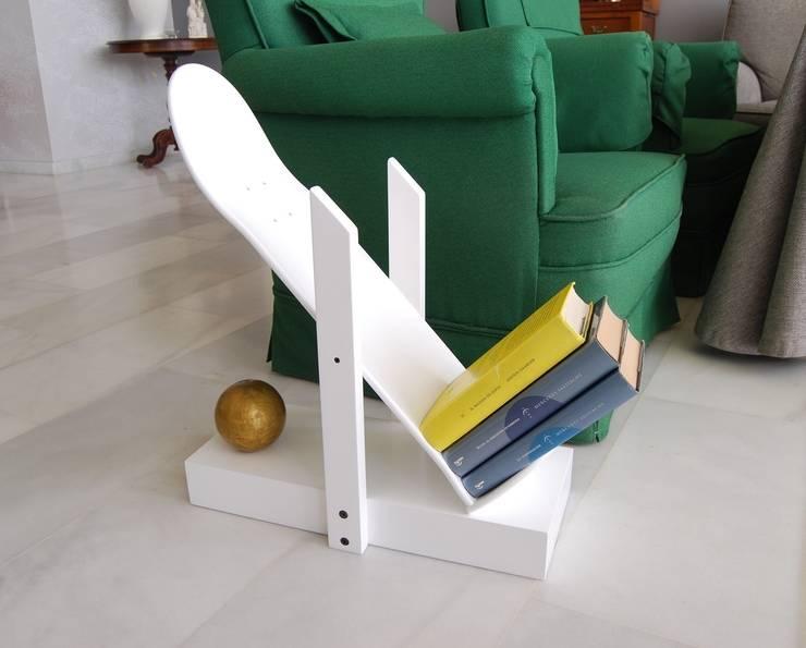 Skateboard book shelf, Skate Decor for living room or any other room.: Habitaciones infantiles de estilo  de skate-home