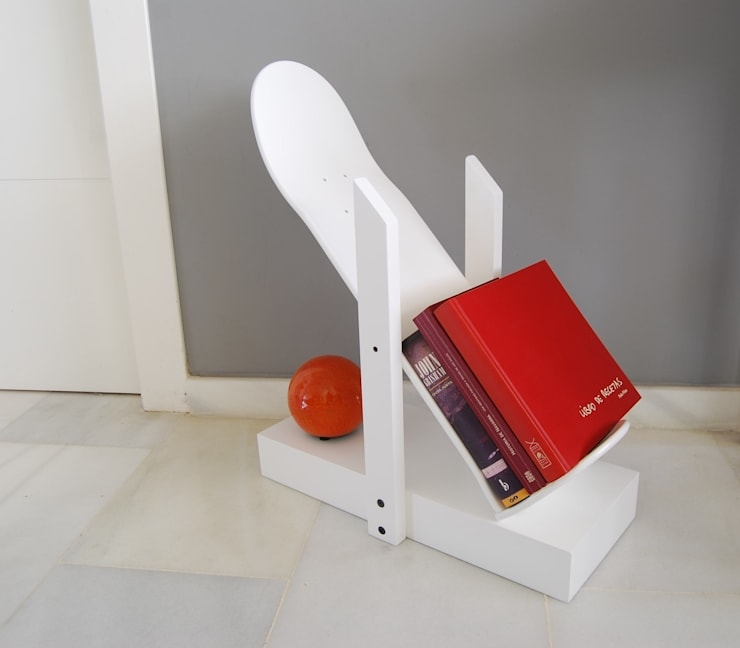 Skateboard book shelf, Skate Decor for living room or any other room.: Hogar de estilo  de skate-home
