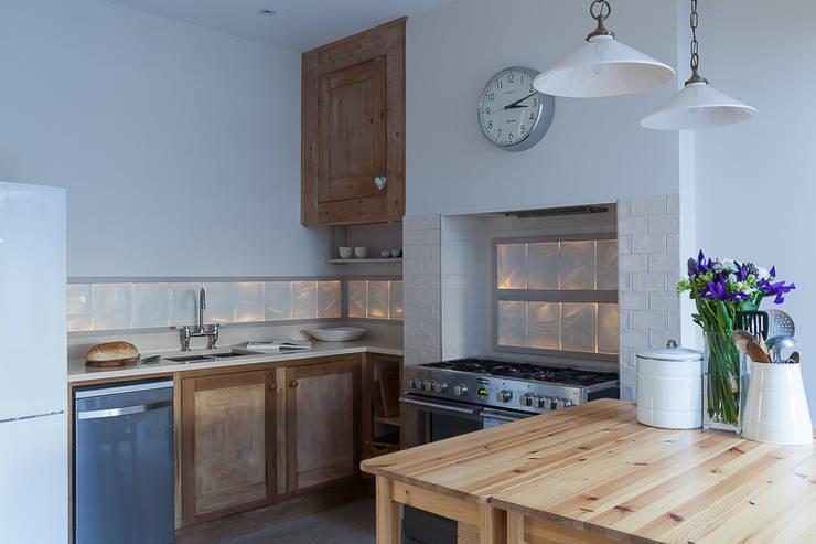 Rising Tide - Translucent kitchen splashback:  Kitchen by Flux Surface