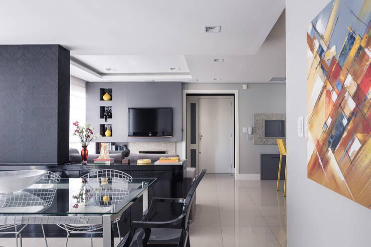 Acesso apartamento e Estar: Salas de estar  por Blacher Arquitetura