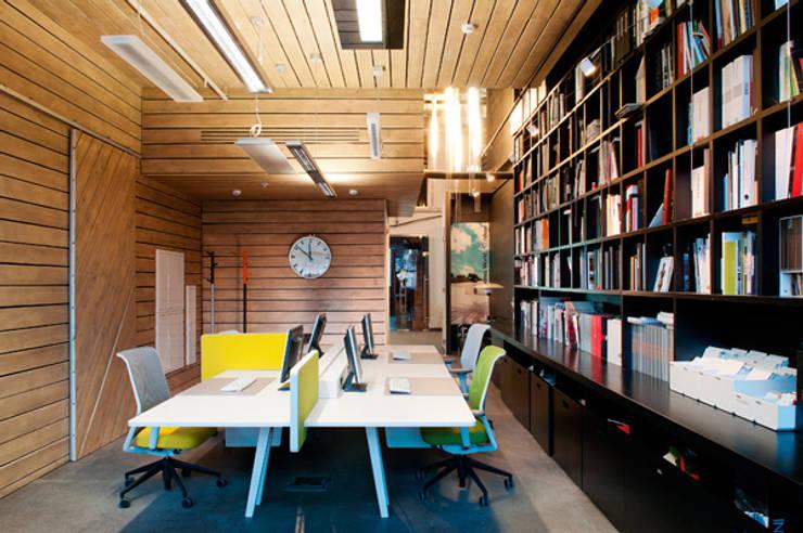 Одна из рабочих зон сотрудников.: Офисные помещения в . Автор – Megabudka