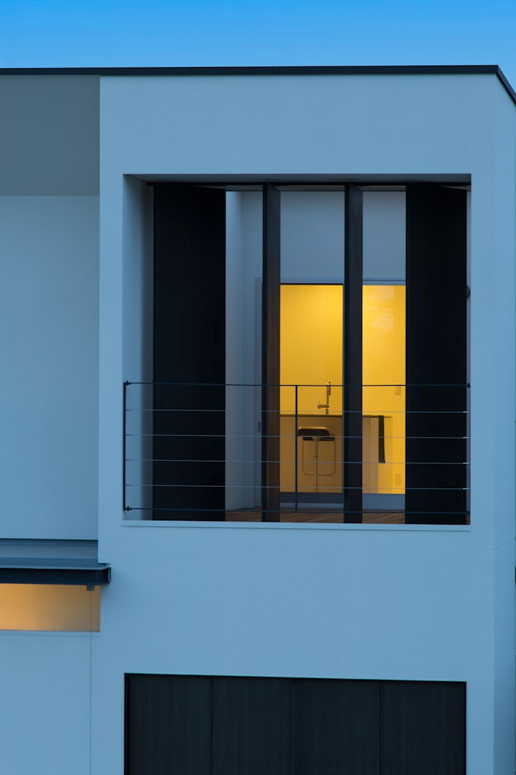 道路向いの公園から2階インナーバルコニーを望む: スタジオクランツォ一級建築士事務所が手掛けたです。